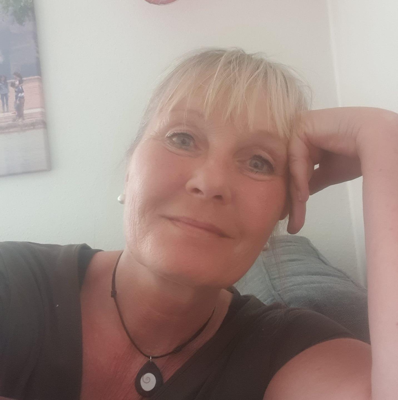 Flickan med grå klänning Birgitta Stiefler